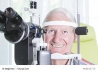 Untersuchung beim Augenarzt mit Spaltlampe